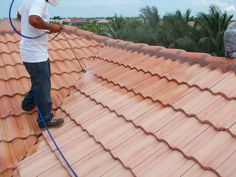 Un couvreur en train de nettoyer une toiture